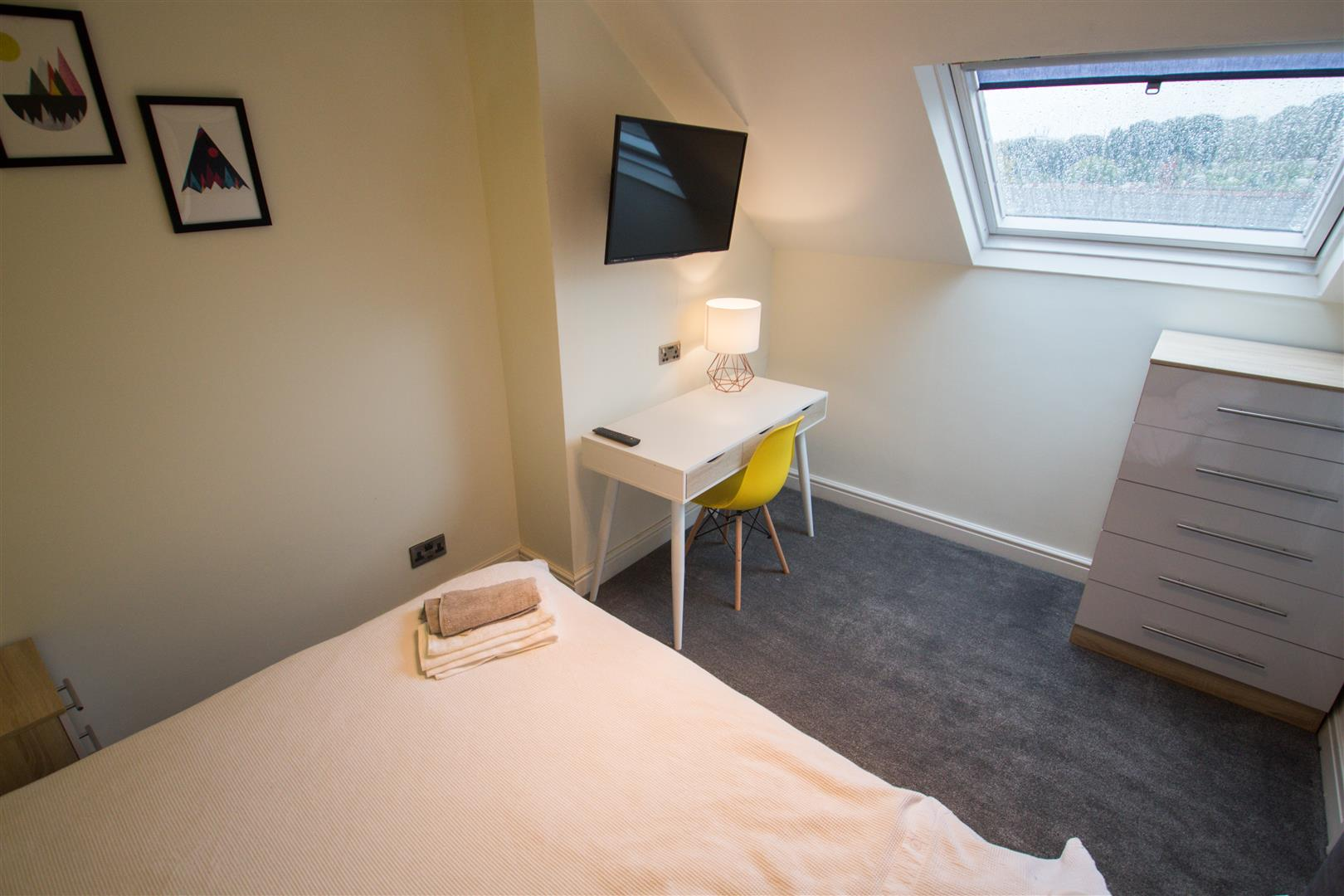Room 5, 75 Headingley Avenue, Leeds, LS6 3ER Image